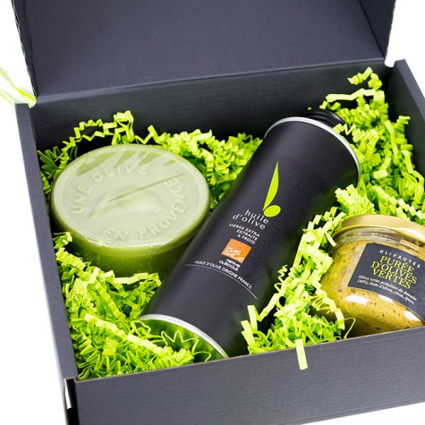 Coffret cadeau contenant un savon, une tapenade et une bouteille d'huile d'olive