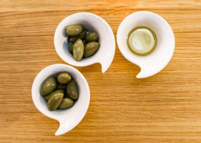 Dégustation de la matière première et du produit fini, les olives et l'huile d'olives